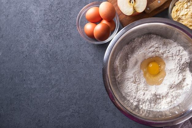 Ingredienti per cuocere la torta fresca. vista dall'alto. Foto Premium