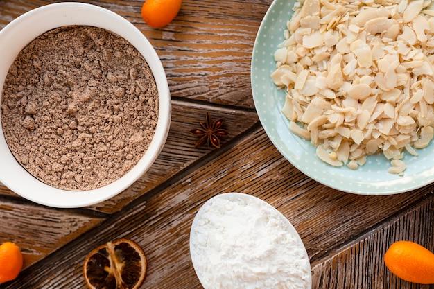 Ingredienti per dolci con ciotola di farina Foto Gratuite