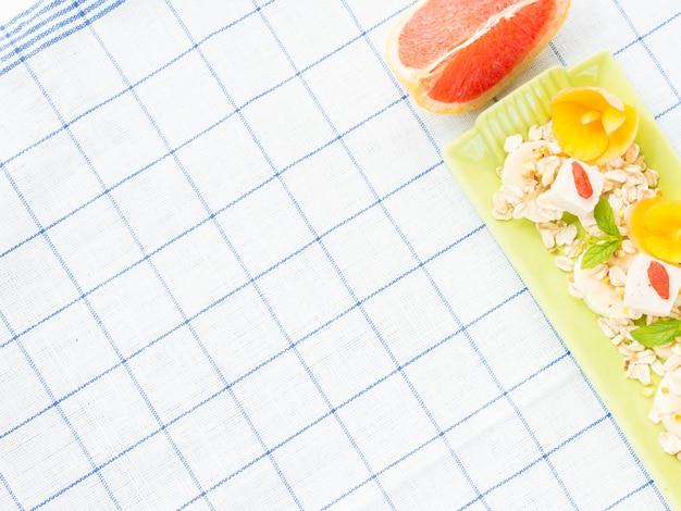Ingredienti per il frullato di pompelmo con banana, avena e tofu Foto Premium