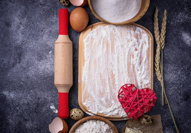 Ingredienti per la cottura uovo, farina, zucchero e burro. vista dall'alto, spazio per il testo Foto Premium