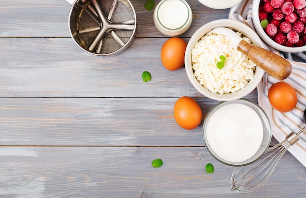 Ingredienti per la preparazione di casseruola di ricotta con ciliegie. gustosa colazione vista dall'alto Foto Premium