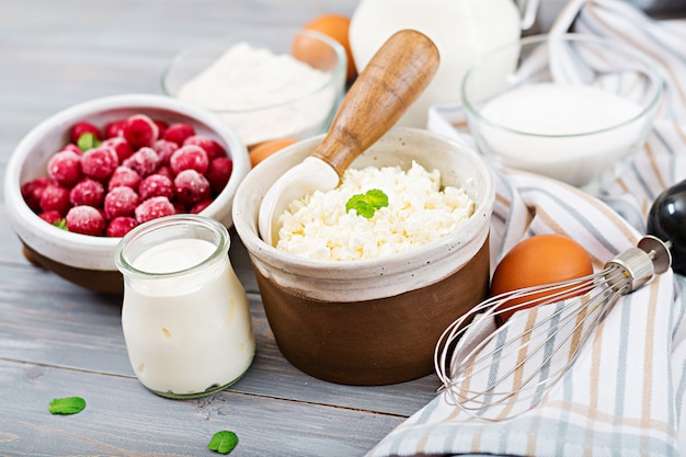 Ingredienti per la preparazione di casseruola di ricotta con ciliegie. gustosa colazione Foto Premium