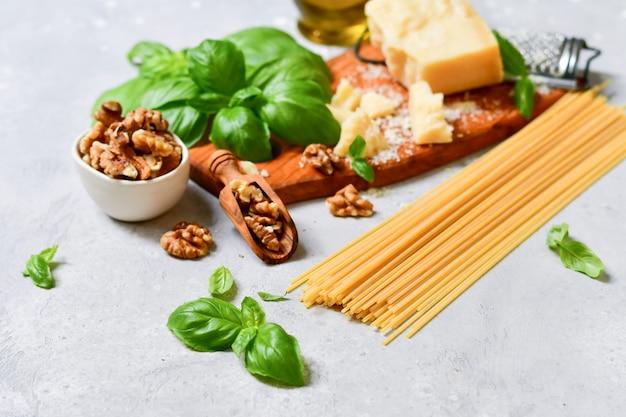 Ingredienti per la tradizionale pasta italiana al pesto Foto Premium