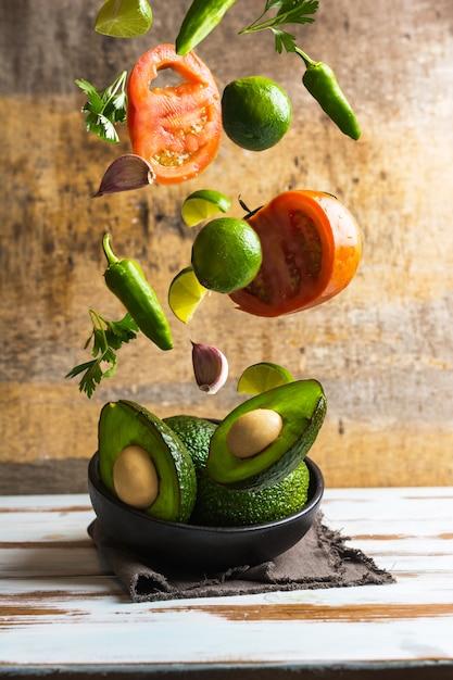 Ingredienti per preparare il guacamole fatto in casa Foto Premium