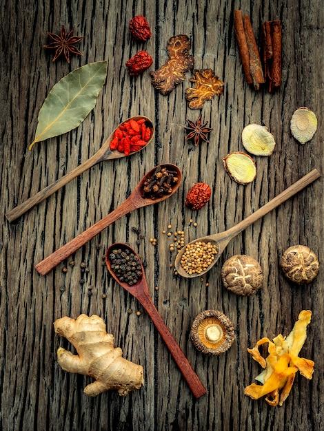 Ingredienti per zuppa cinese a base di erbe su legno shabby Foto Premium