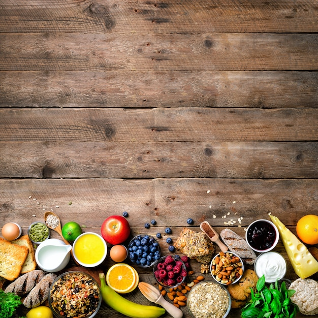 Ingredienti sana colazione, cornice di cibo. Foto Premium