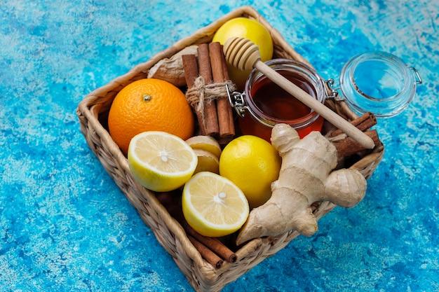 Ingredienti: zenzero fresco, limone, bastoncini di cannella, miele, chiodi di garofano secchi per rendere l'immunità che aumenta la bevanda vitaminica sana Foto Gratuite