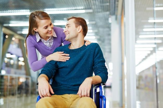 Innamorato di un uomo disabile Foto Gratuite