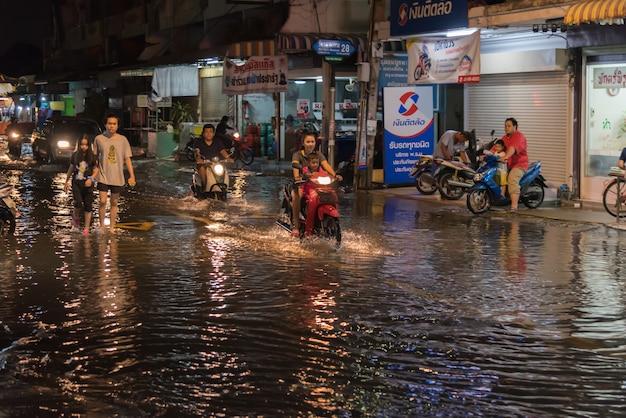 Inondazione dell'acqua nel problema della città con il sistema di drenaggio Foto Premium