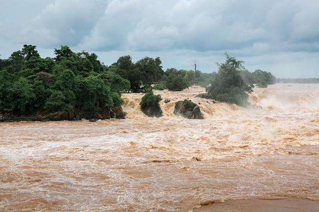 Inondazione dell'acqua sul fiume Foto Premium