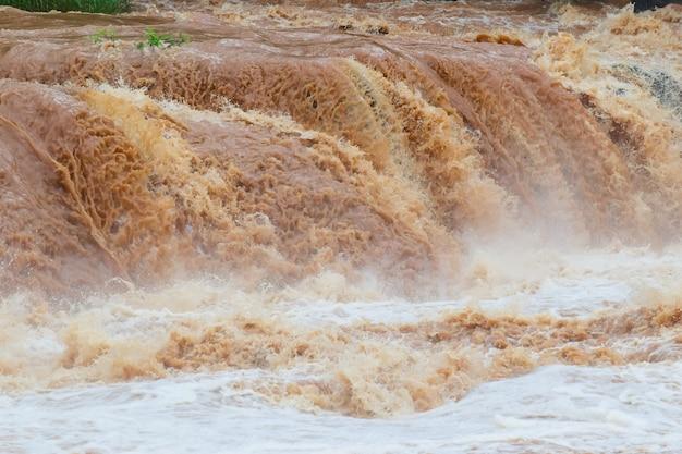 Inondazioni improvvise acqua veloce attraversano inondazioni flash l'impatto del riscaldamento globale Foto Premium