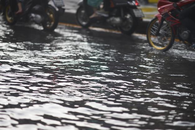 Inondazioni su strade pubbliche e motocicli in ingorgo Foto Premium