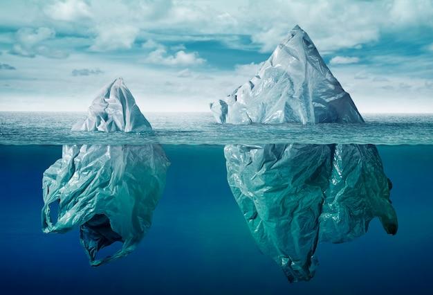 Inquinamento ambientale sacchetto di plastica con iceberg di spazzatura Foto Premium