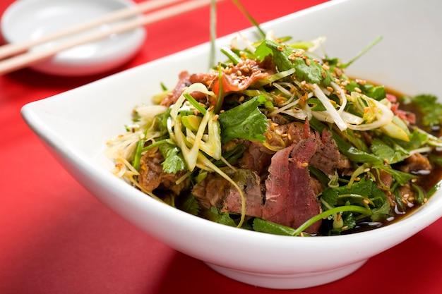 Insalata asiatica con strisce di carne Foto Premium