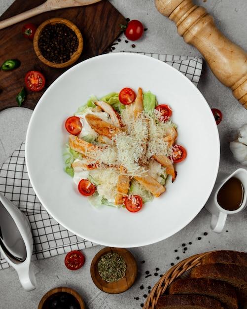 Insalata caesar con pollo fritto Foto Gratuite