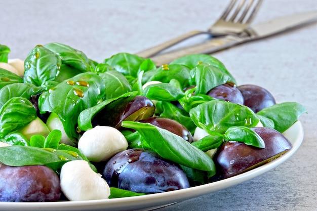 Insalata caprese con prugne. insalata sana. dieta keto. Foto Premium