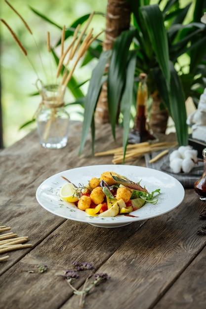 Insalata con carciofi olive formaggio fritto Foto Premium