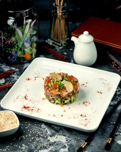 Insalata con caviale rosso salmone e avocado Foto Gratuite
