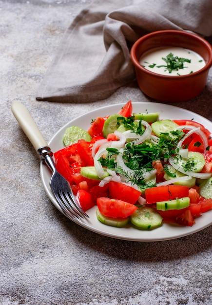 Insalata con cetriolo e pomodoro Foto Premium