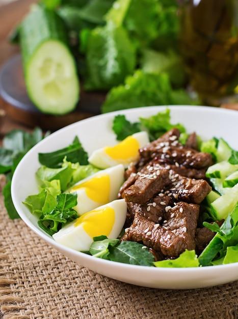 Insalata con manzo piccante, cetriolo e uova in stile asiatico. Foto Premium