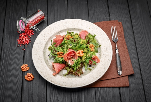 Insalata con prosciutto crudo di parma, pomodori e rucola Foto Premium