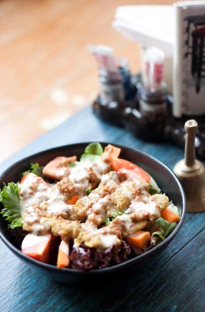 Insalata con thai satay al ristorante sul tavolo blu Foto Gratuite