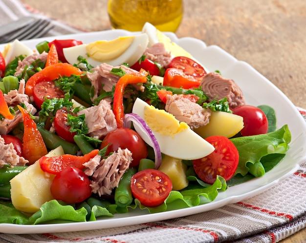 Insalata con tonno, pomodori, patate e cipolla Foto Gratuite