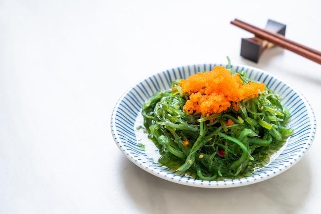 Insalata di alghe con uova di gamberetti in stile giapponese Foto Premium