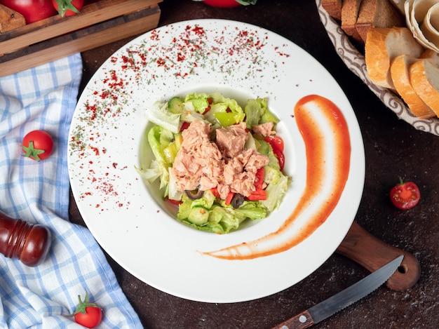 Insalata di caesar di pollo alla griglia sano con formaggio, pomodorini e lattuga Foto Gratuite