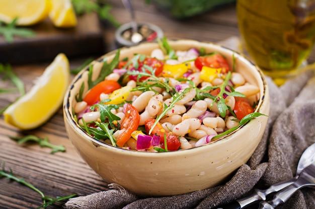 Insalata di cannellini di fagioli bianchi. insalata vegana. menu dietetico Foto Premium
