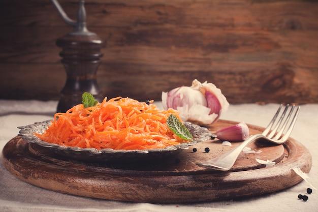 Insalata di carote piccante stile coreano su piastra metallica Foto Premium