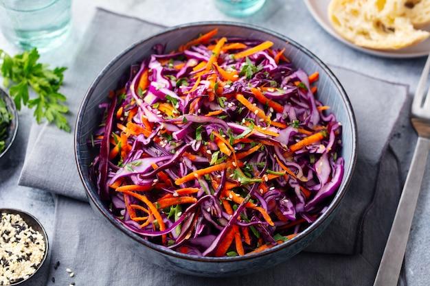 Insalata di cavolo rosso insalata di cavolo in una ciotola. avvicinamento. Foto Premium