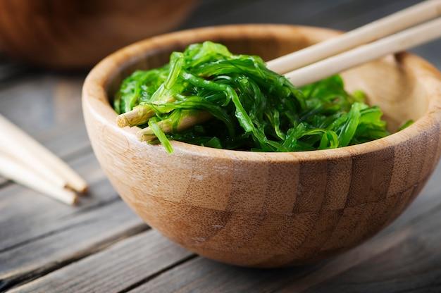 Insalata di chuka giapponese tradizionale sulla tavola di legno Foto Premium