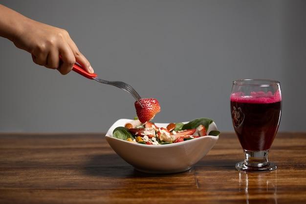 Insalata di fragole e spinaci con succo di barbabietola Foto Premium