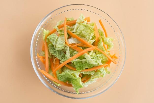 Insalata di insalata di cavolo, insalata di cavolo e carota Foto Premium