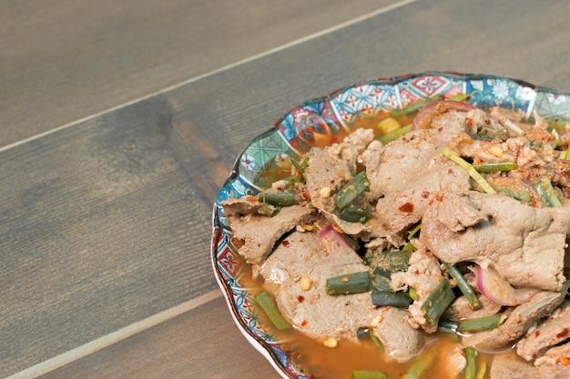 Insalata di manzo alla griglia piccante, nam tok, cibo tailandese Foto Premium