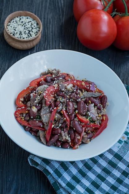 Insalata di manzo e fagioli, peperone. insalata Foto Premium