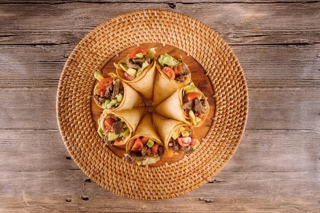 Insalata di manzo sana in coni di tortilla in crogiolarsi Foto Premium
