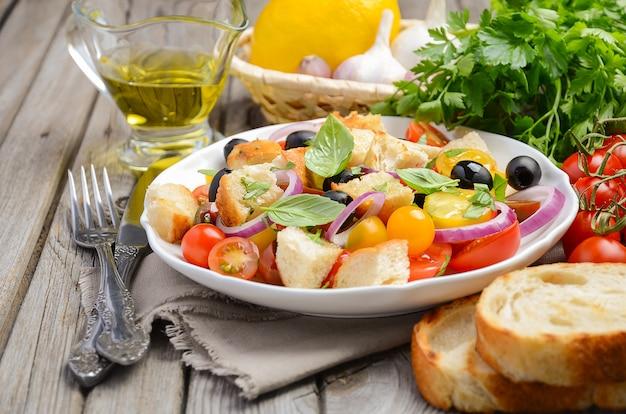 Insalata di panzanella italiana tradizionale con pomodori freschi e pane croccante. Foto Premium