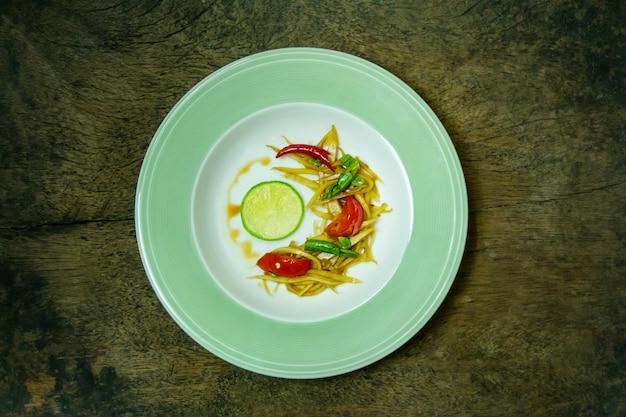 Insalata di papaya piccante tailandese Foto Premium