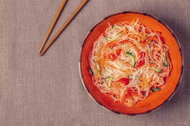 Insalata di pasta di vetro con cetriolo, pepe e carota Foto Premium
