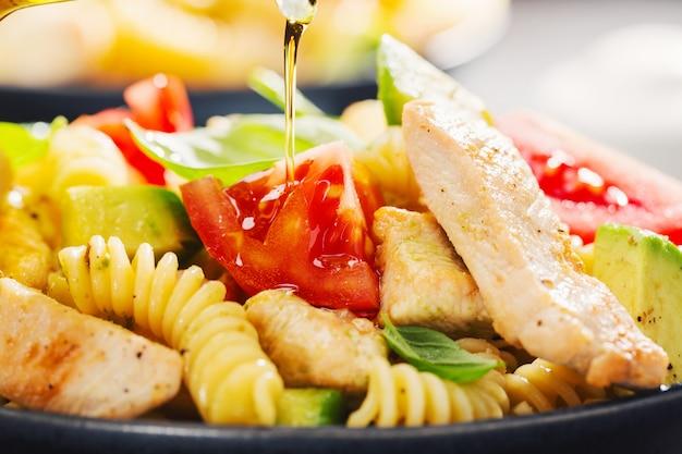 Insalata di pasta italiana fresca fatta con pollo Foto Premium