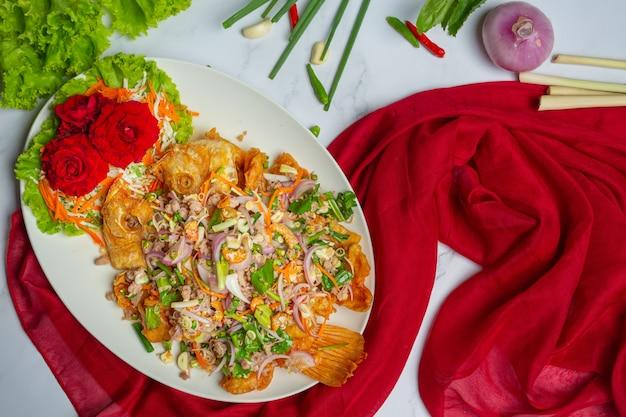 Insalata di pesce croccante di tubtim, erba tailandese dell'alimento. Foto Gratuite