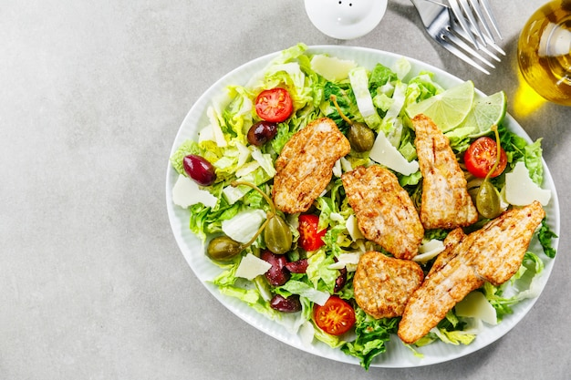Insalata di pollo con verdure e olive Foto Premium