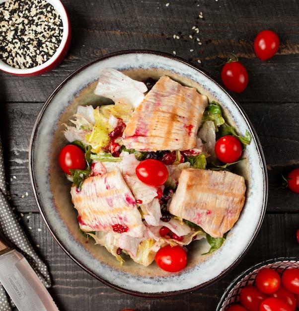 Insalata di salmone con verdure sul tavolo Foto Gratuite