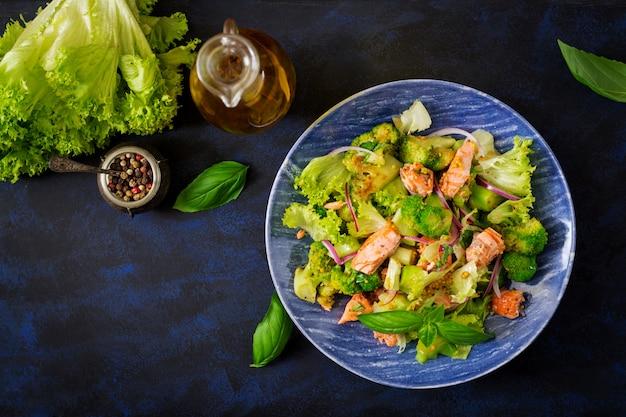 Insalata di salmone di pesce in umido, broccoli, lattuga e condimento. menu di pesce. menu dietetico. frutti di mare - salmone. vista dall'alto Foto Gratuite
