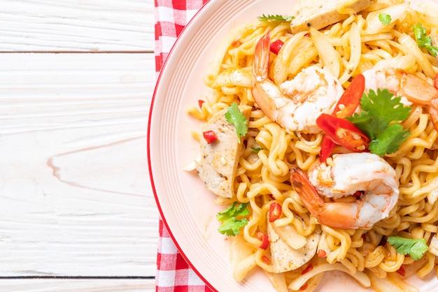Insalata di spaghetti istantanei piccanti con gamberi Foto Premium