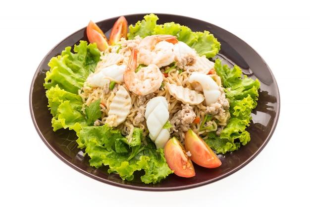 Insalata di tagliatelle piccanti di frutti di mare con stile tailandese Foto Gratuite