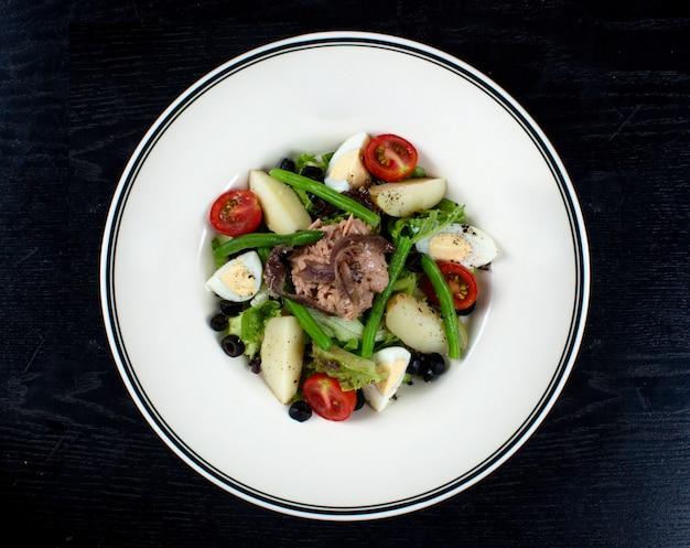 Insalata di verdure condita con carne e uova a fette Foto Gratuite