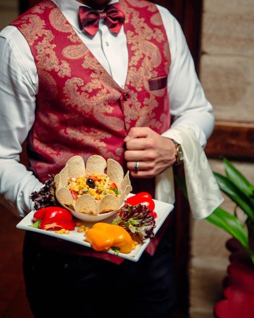 Insalata di verdure decorata con patatine Foto Gratuite